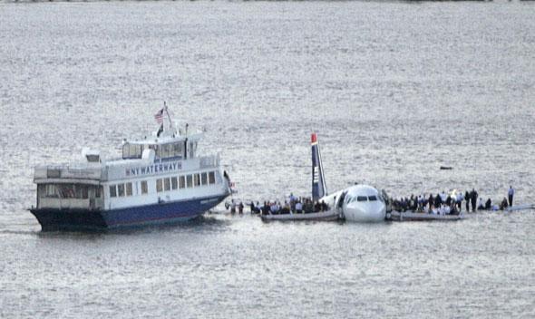 Les passagers sur les ailes de l'Airbus, le 15 janvier 2009 à New York./REUTERS/Gary Hershorn